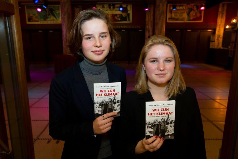 Anuna De Wever en Kyra Gantois met hun boek 'Wij zijn het klimaat'.