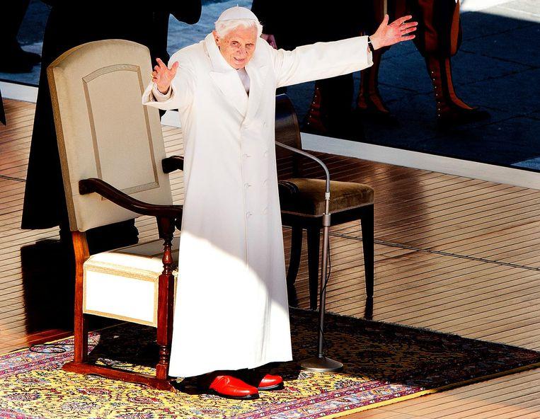 Paus Benedictus XVI op het Sint Pietersplein in Vaticaanstad tijdens zijn laatste openbare optreden als paus. Tienduizenden mensen woonden de audiëntie bij.  Beeld ANP