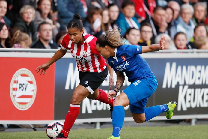 PSV-verdedigster Dominique Bond Flasza (l).
