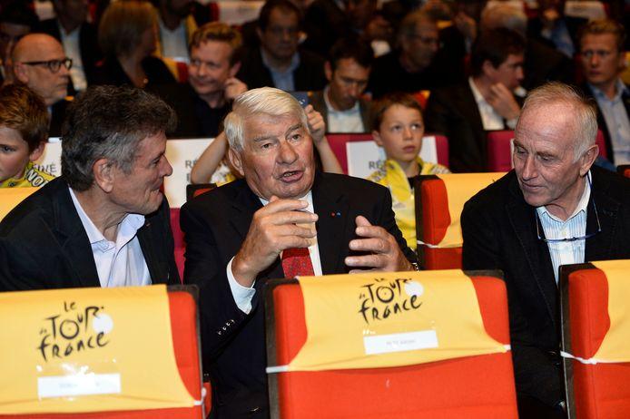 Raymond Poulidor (midden) vertelt tijdens de presentatie van de Tour de France, eind 2015. Rechts Joop Zoetemelk.
