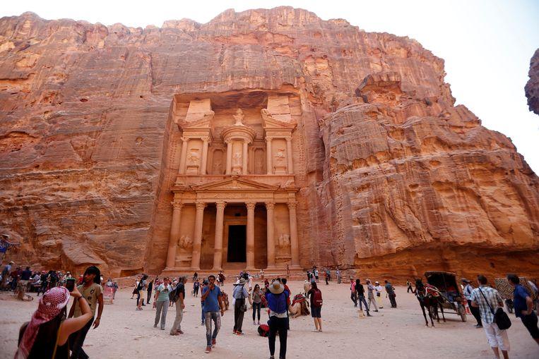 De uitgehouwen ingang van de Khazneh-structuur .