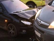 Auto's botsen op elkaar op Gewandeweg in Oss
