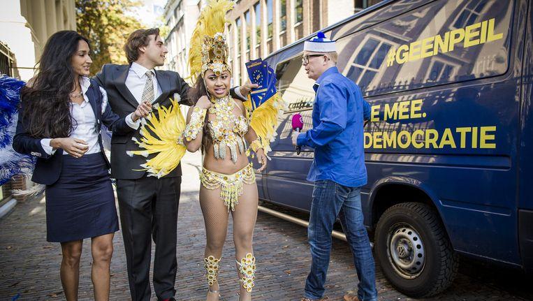 Jan Roos (r) groet Thierry Baudet die met twee dames gaat flyeren voor GeenPeil. Beeld Freek van den Bergh