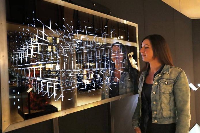 Elcke van Gorkum bij haar kunstwerk Tunnelvisie waarmee ze de Foederer Talent Award 2016 won.