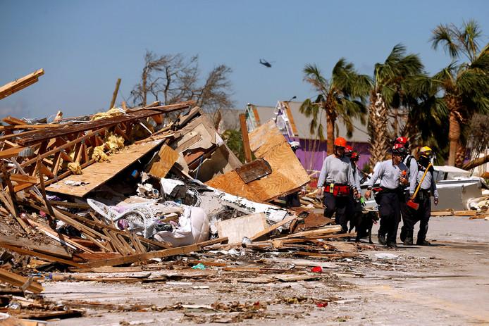 Hulpverleners bij de ravage die orkaan Michael aanrichtte in Mexico Beach, Florida