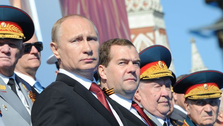 De Russische president Vladimir Poetin (L) was vorig jaar prominent aanwezig tijdens de militaire parade ter viering van de overwinning op nazi-Duitsland. Beeld epa