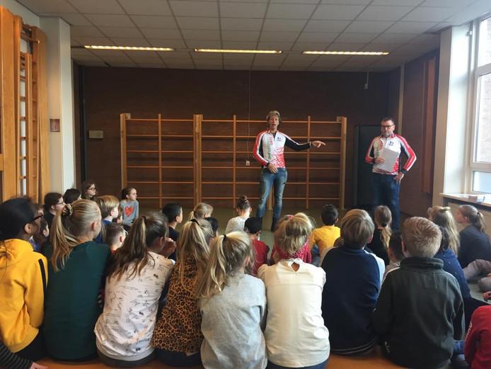 René van Dijk in gesprek met schoolkinderen.