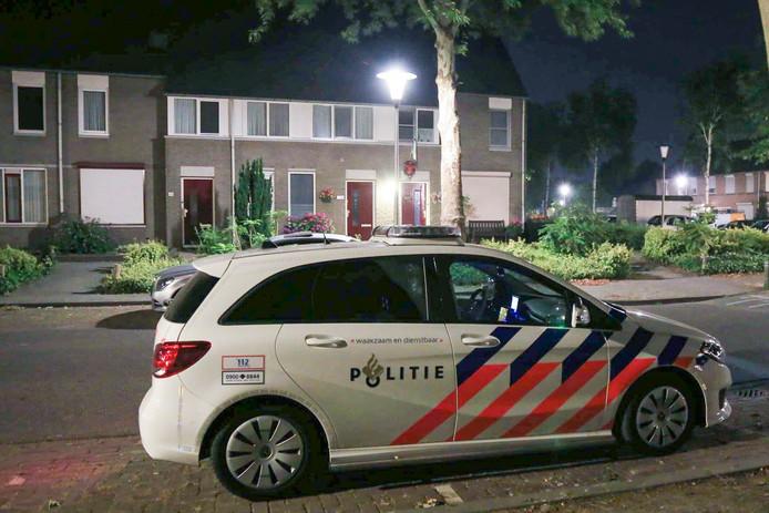 Politie in de straat waar het huiselijk geweld plaatsvond in Helmond.