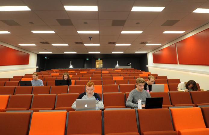 In het auditorium van het HZ-gebouw in Middelburg kunnen zo'n tweehonderd studenten hoorcolleges volgen.