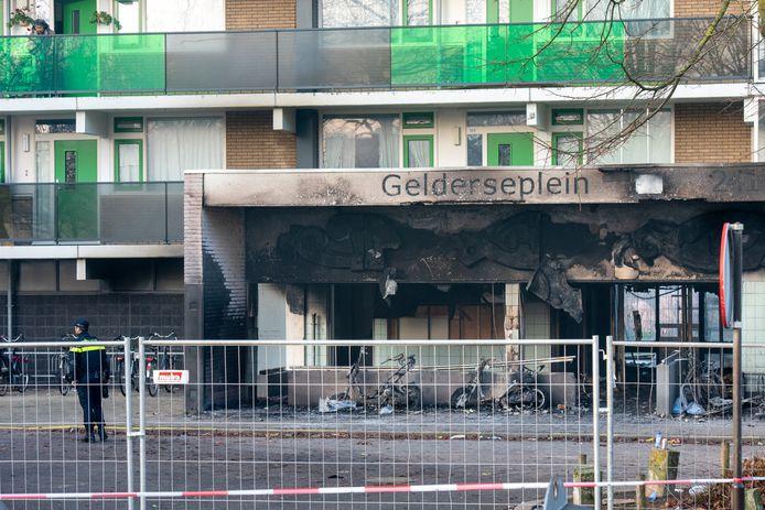 De schade aan de flat aan het Gelderseplein is de ochtend na de brand duidelijk te zien.