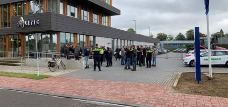Boeren verzamelen zich bij politiebureau Doetinchem voor aangifte tegen minister