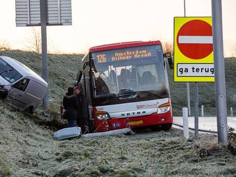 Bussen vliegen uit de bocht bij Abcoude door gladheid
