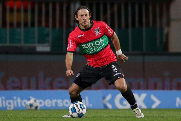 Edgar Barreto aan de bal voor NEC tegen Almere City.