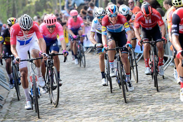 Mathieu van der Poel (l) leidt een beklimming tijdens de 103de Ronde van Vlaanderen. Achter hem de uiteindelijke winnaar, Alberto Bettiol. Beeld BELGA