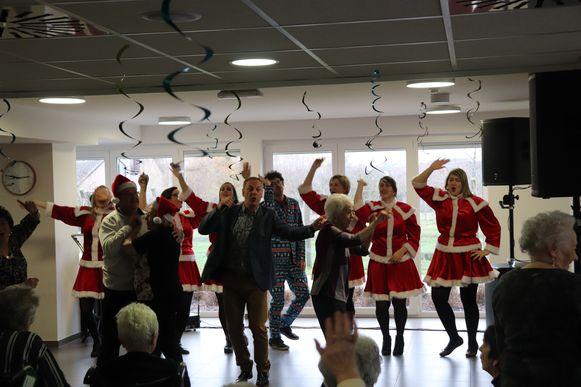 De bewoners en het personeel genieten van het kerstconcert in Castelmolen.