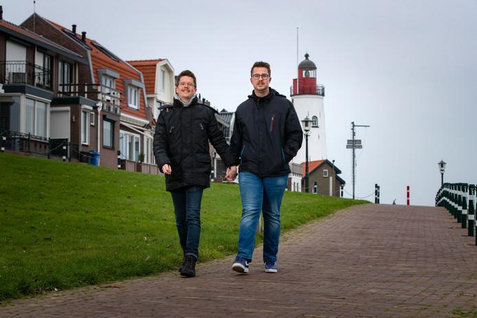 Kunstenaar Teunis Ruiten en vriend Jacco Buis kunnen ongestoord hand in hand op Urk over straat.