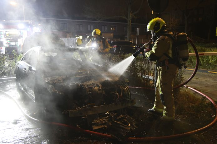 Op de Goudsmidsgaarde is een Mercedes in vlammen opgegaan.