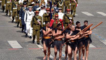 Nieuw-Zeelanders onthullen acht meter hoge totempaal in kasteeldomein op ANZAC Day
