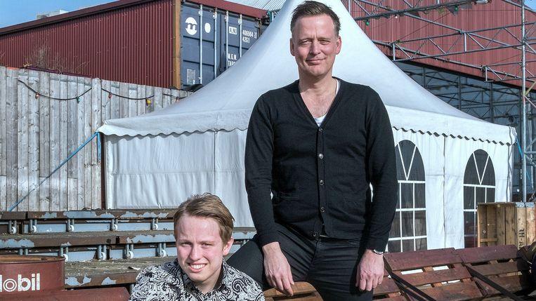 Erik Jan Harmens met zijn zoon Julian. Beeld Patrick Post
