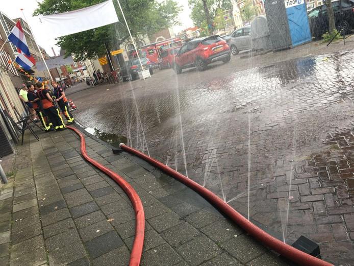 De brandweer heeft een watergordijn neergelegd in de buurt van de finish