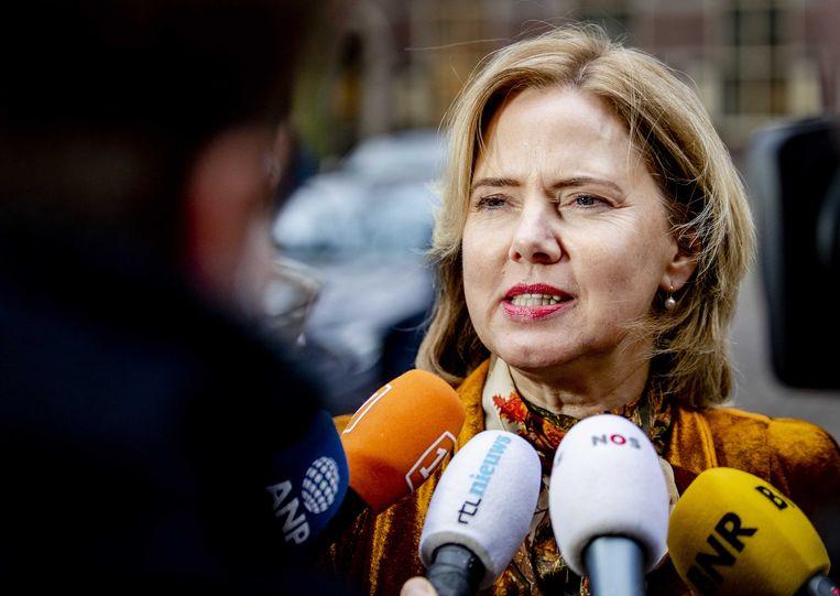Minister Cora van Nieuwenhuizen van Infrastructuur en Waterstaat praat met journalisten op het Binnenhof. Beeld ANP