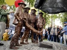 Bronzen standbeeld van Normaal onthuld, weduwe Jan Manschot is blij