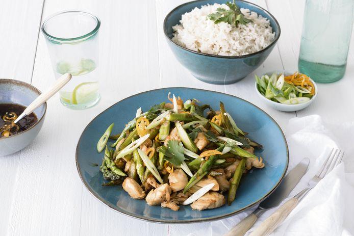 Roerbakgerecht met kip, groene asperge en gember