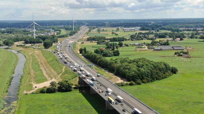 Op de A1 tussen Deventer en Apeldoorn staan door het wegwerk nu dagelijks lange files.