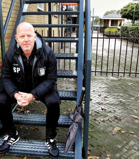 Trainer Panman hakt knoop door en vertrekt bij Voorst