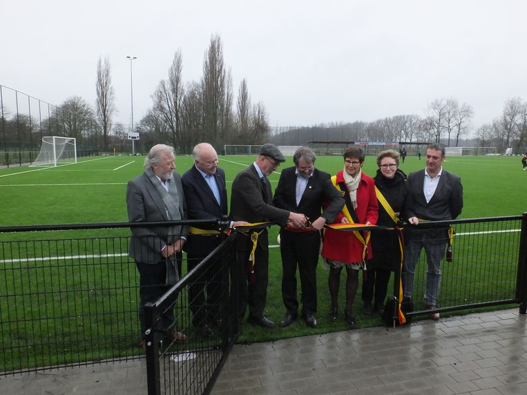 Het gemeentebestuur kwam het kunstgrasveld officieel inhuldigen.