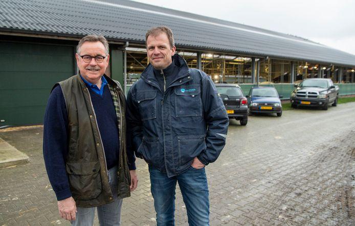 Bestuursleden Ad Lagas (l) en Arno van Spijker van Vinkenbuurt Stroomt bij de boerderij aan de Koloniedijk 60 waar 2200 zonnepanelen op moeten komen.