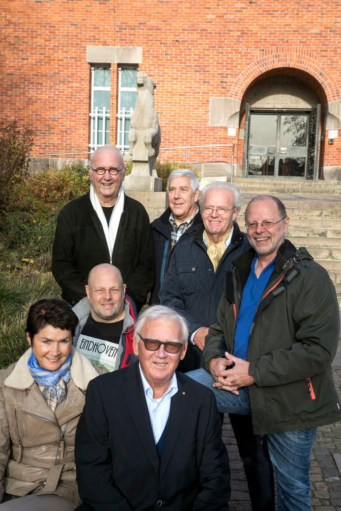 Het bestuur van de Henri van Abbestichting Eindhoven met op de voorgrond de overleden voorzitter Peter van den Baar.  Links achter Ruud Nordt en tweede van rechts Marc van Abbe.