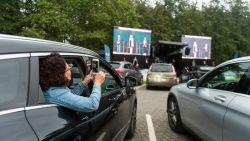 """UAntwerpen zwaait studenten uit met feestelijke drive-in: """"'Applaus' werd gegeven met knipperende koplampen"""""""