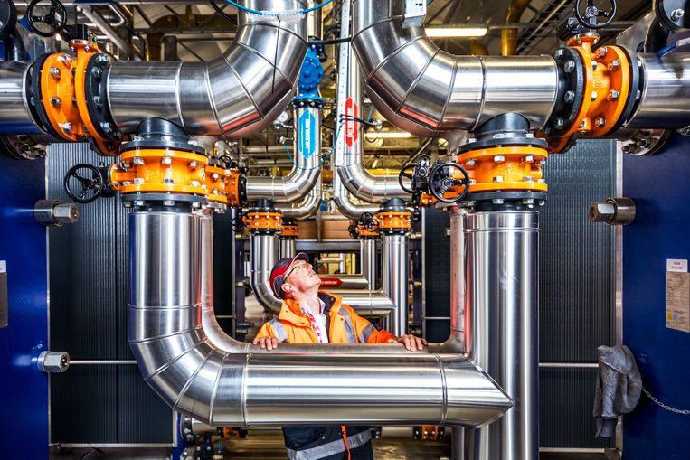 Robert Kielstra in de geothermiecentrale van ECW Netwerk, dat glastuinders op het Noord-Hollandse Agriport A7 voorziet van warmte. Beeld Raymond Rutting/de Volkskrant