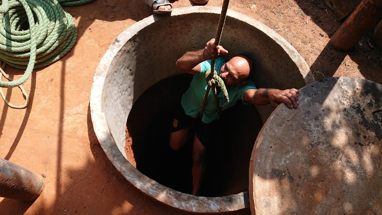 Igro Álvarez daalt af in een put. Even later klinkt uit de diepte het doffe slaan van de spade.