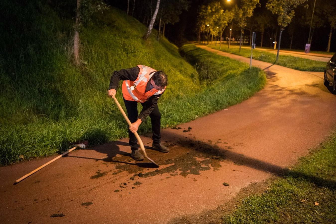 De modder werd na het ongeluk opgeschept.