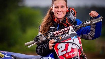 """Amandine Verstappen (19), eerste Belgische ooit die grote prijs motorcross won: """"Het is vaak 'bitch fight' in de modder"""""""