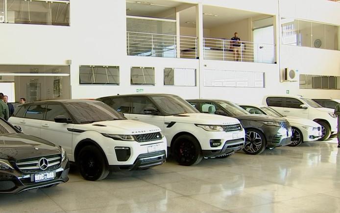 Een aantal van de in beslag genomen luxe auto's die de bendeleden gebruikten.