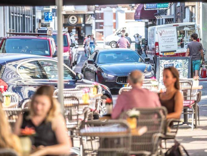 Er wordt regelmatig loeihard geracet op de Blijmarkt in Zwolle. Met alle gevaren van dien voor onbezorgde terrasbezoekers. Foto Frans Paalman