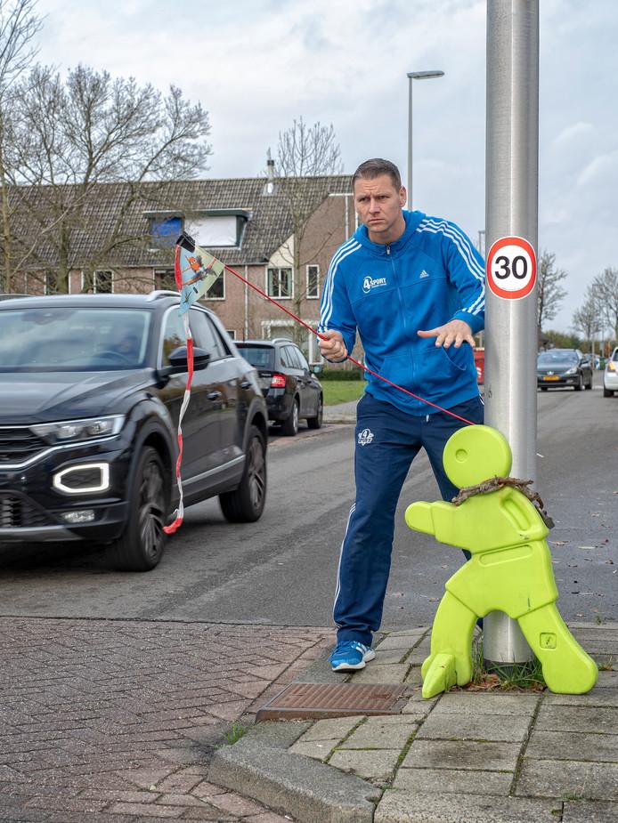 Ricardo van den Belt aggeert tegen het te onverantwoord te hard rijden op de hoek Kalkovenweg/Stoelmatter.