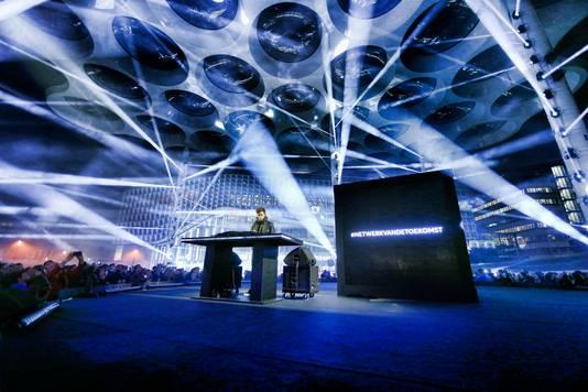 Fedde Legrand opende het hoofdkantoor van VodafoneZiggo met een lasershow en optreden onder het bollendak.