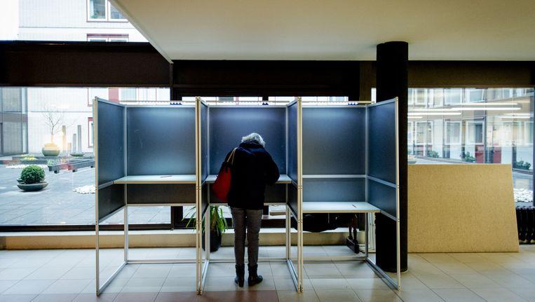 Een vroege stemmer in Wageningen. Beeld anp