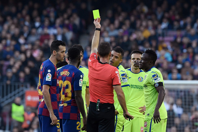 Kenedy (Getafe) krijgt een gele kaart.