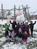 De kinderen van de Halden in Haalderen maakten twee  mooie sneeuwpoppen.