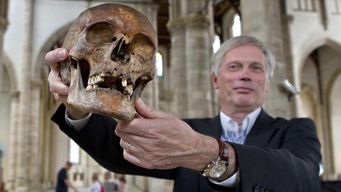 Frank Migchielsen van de Laurenskerk toont een schedel uit één van de graven.