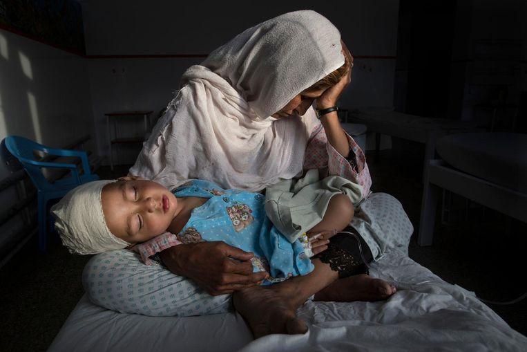 Paula Bronstein werd eerste in de categorie 'Dagelijks leven' met een foto gemaakt in Kaboel: een vrouw houdt haar neefje vast die gewond is geraakt bij een bomaanslag Beeld Paula Bronstein