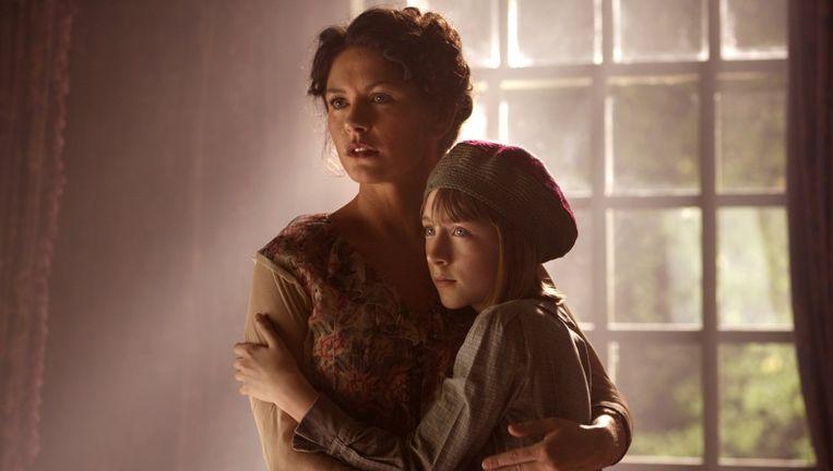 Catherine Zeta-Jones en Saoirse Ronan (rechts) in Death Defying Acts. Beeld .
