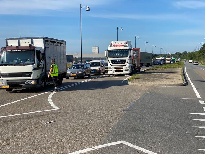Door het ongeval loopt het verkeer vast op de snelweg. De afrit A50 Apeldoorn-Noord wordt afgesloten.