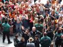 B-Brave betreedt de buitenring voordat ze optreden. Dit leidt tot honderden rennende en gillende fans.