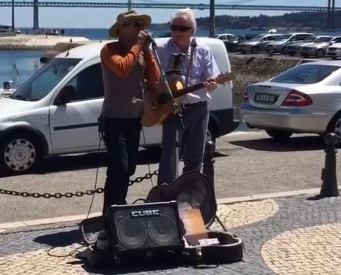 Al snel gooien passanten geld in de hoed van het tijdelijke duo in Lissabon.